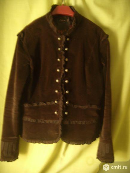 Куртка коричневая.