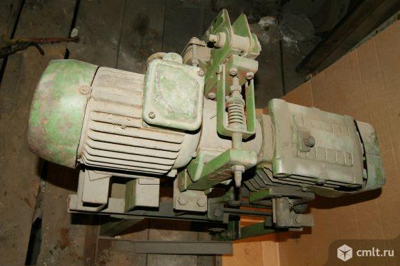 Стационарный редуктор с злектроприводом и тормозом. Фото 3.