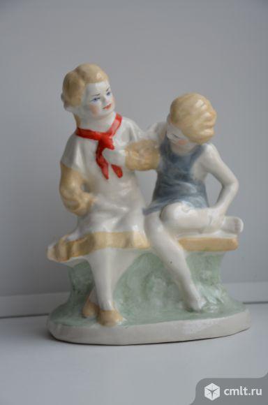 Статуэтка подружки на скамейке.