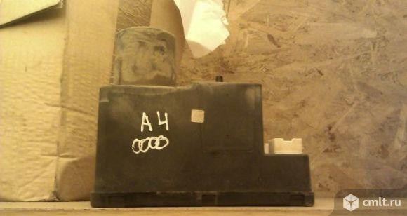 Вакуумный насос центрального замка ауди А4. Фото 1.