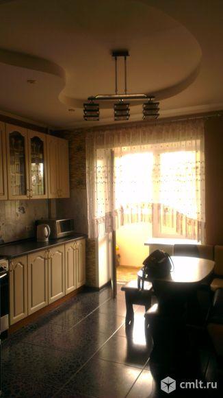 Кухня, выход на лоджию, (6 Х 1.40), пол плитка черная  крупная, потолок гипсокартон 2-ух уровней.