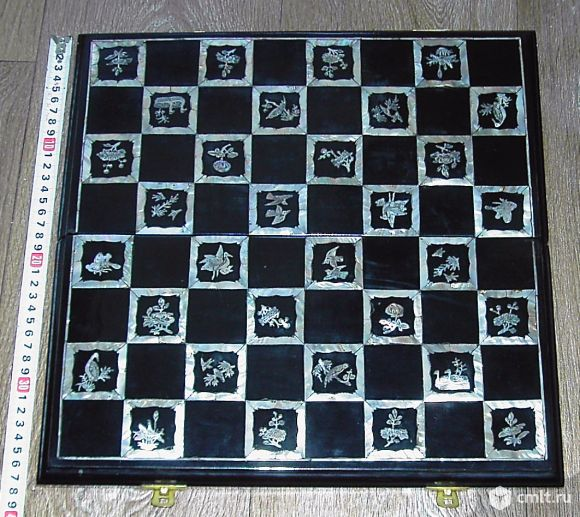 Шахматная доска с перламутром. Фото 1.