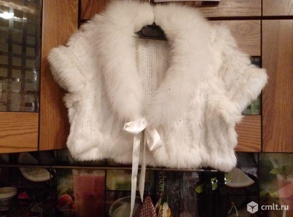 Болеро из меха кролика, белое, с воротником, вязаное.