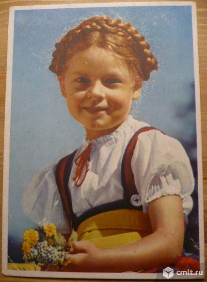 Открытка. Девочка с косой и полевыми цветами. Германия. 1950-е. Дети, цветы.. Фото 1.