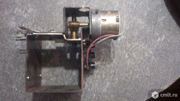 Элекродвигатель с редуктором и контактной группой 12 В.. Фото 2.