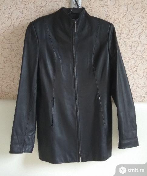 Удлиненный приталенный пиджак из натурально кожи на молнии