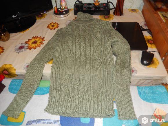 Продаётся свитер светло зелёный.