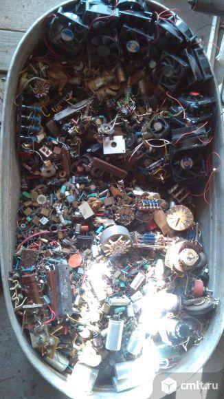 Транзисторы тиристоры диоды конденсаторы. Фото 1.