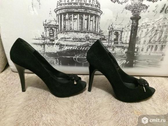 Продаю туфли с открытым носом из натуральной черной замши. Фото 1.