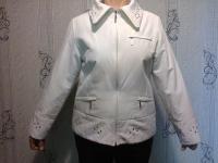 Куртка женская весенняя белого цвета