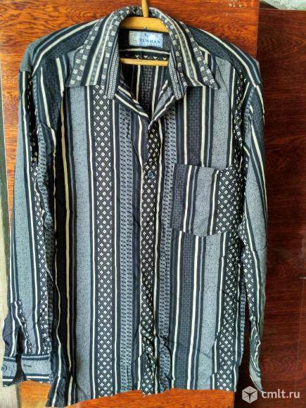 Мужская рубашка темного цвета с длинным рукавом. Фото 1.