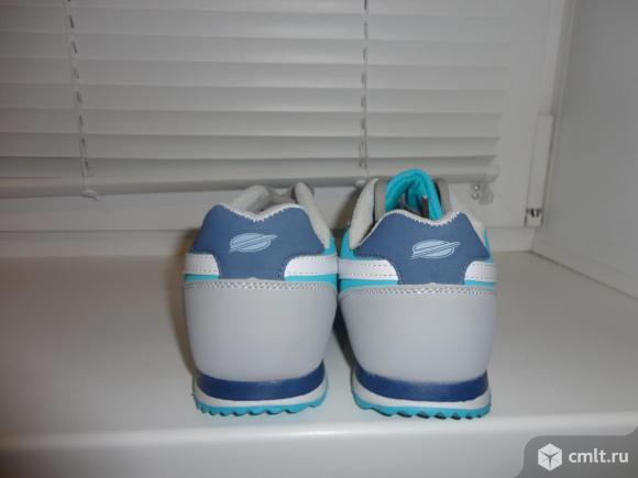 Новые спортивные кроссовки