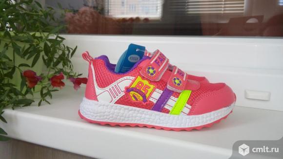 Новые спортивные кроссовки. Фото 1.