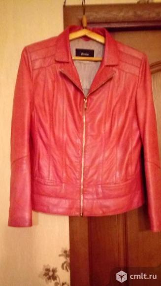 Продам женскую красную кожаную куртку р.46-48