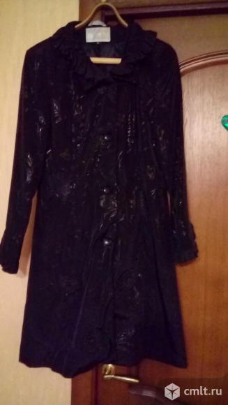 Продам женский черный плащ с набивным рисунком