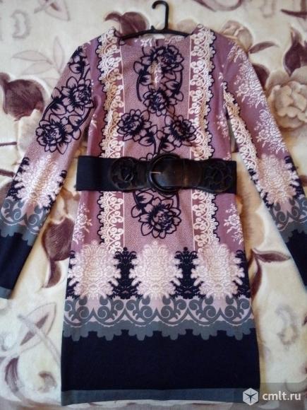 Нарядное трикотажное платье с поясом
