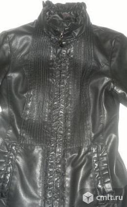 Черная куртка по фигуре из кожзама