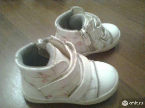 ПРодаются ботинки для девочки белого цвета фирмы Сказка в хорошем состоянии