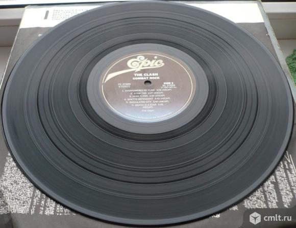 "Грампластинка (винил). Гигант [12"" LP]. The Clash. Combat Rock. (C)(P) 1982 CBS Inc. Epic Records.. Фото 8."