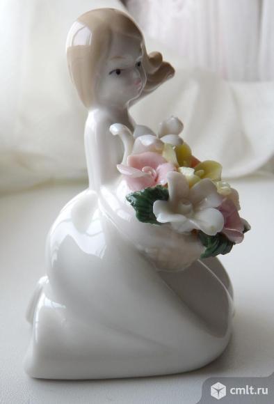 Статуэтка фарфоровая Девочка с цветами