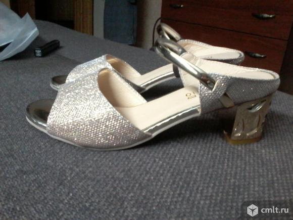Золотистые туфли. Фото 1.