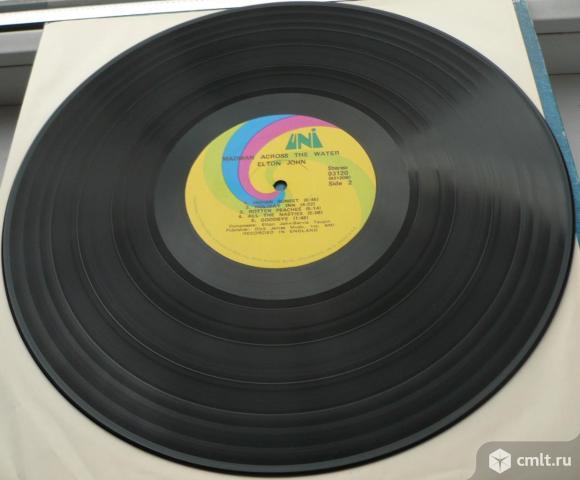 "Грампластинка (винил). Гигант [12"" LP]. Elton John. Madman Across The Water. 1971. UNI Records. USA.. Фото 8."