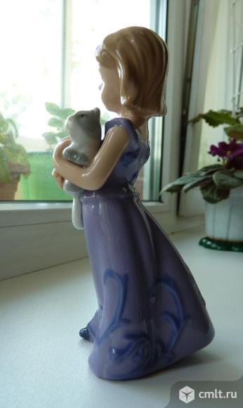"""Статуэтка """"Девочка с котенком"""", Pavone. Фото 1."""