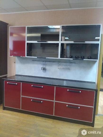 Кухонный гарнитур с фасадами из пластика в алюминиевом профиле. Фото 1.