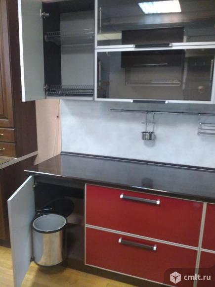 Кухонный гарнитур с фасадами из пластика в алюминиевом профиле. Фото 2.