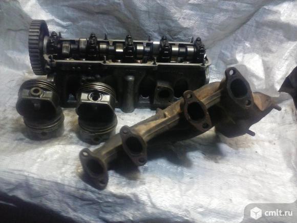 Для Audi-A6 детали двигателя: головка блока, коллекторы. Фото 1.