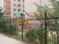 Дом с закрытой территорией; детская площадка на территории