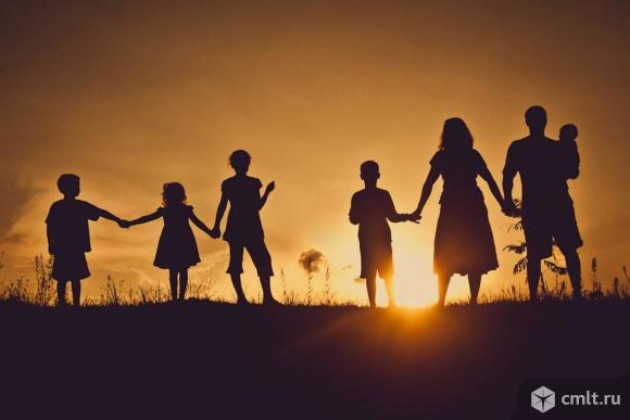 Многодетная семья примет в дар детские вещи и обувь. Фото 1.