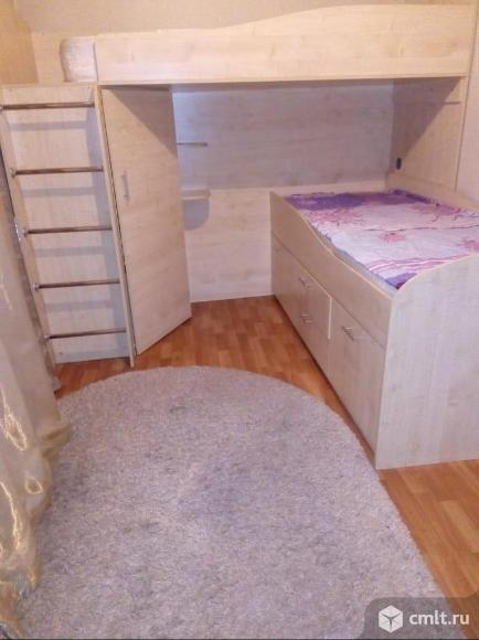 Детская двухэтажная кровать со встроенными полками и шкафчиком