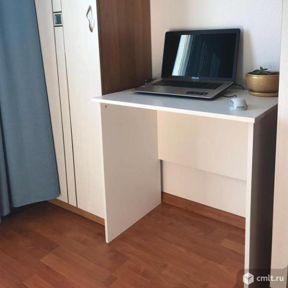 Стол для компьютера, белыйПрочная меламиновая поверхность устойчива к загрязнению и проста в уходе.Размеры товараДлина: 75 смГлубина: 52 смВысота: 75 см