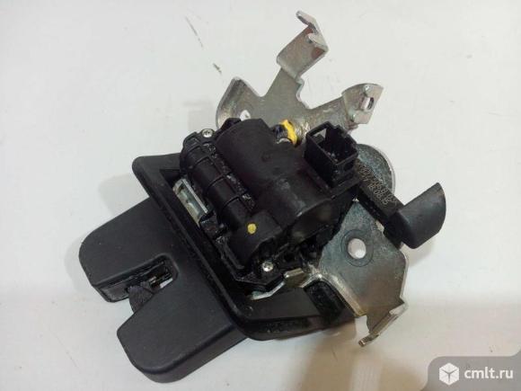 Замок крышки багажника AUDI Q7 16- б/у 4M0827506D 3*. Фото 1.