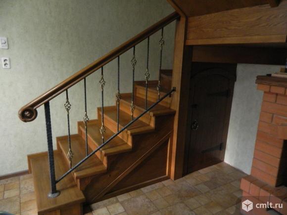 Лестница из массива дуба (обшит металлокаркас) с элементами ковки.