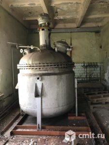 Реактор нержавеющий, объем — 3,2 куб.м., с рубашкой и мешалкой якорного типа. Фото 1.