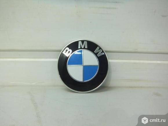 Эмблема крышки багажника BMW 1 F20/F21 11-. Фото 1.