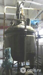 Реактор нержавеющий, объем — 3,2 куб.м., рубашка, мешалка. Фото 1.