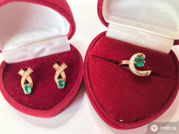 Золотое кольцо с   бриллиантами и изумрудом. Фото 1.