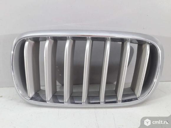 Решетка радиатора левая BMW X5 F15 14- б/у 51117303107 4*. Фото 1.