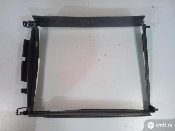 Дефлектор радиатора охлаждения RENAULT LOGAN 14- б/у 215596207R 4*. Фото 1.