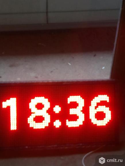 Часы электронные светодиодные,бегущие сроки. Фото 1.