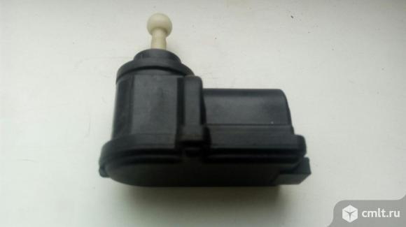 Мотор электрокорректора фар форд фокус 2. Фото 3.