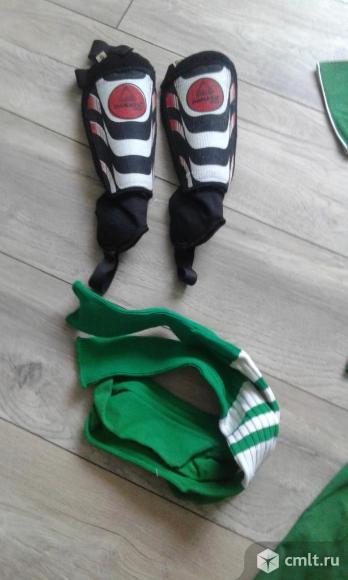 Футбольную форму для мальчика лет 8-9 продаю. Фото 2.