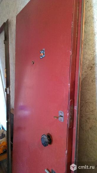 Входная металлическая дверь. Снаружи утеплена кожзаменителем. Каркас, наличники, замок, задвижка. Фото 3.