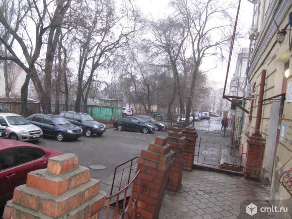 Центр города. Дом справа от памятника Петру I.. Фото 7.