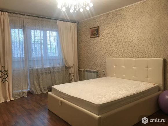 Комната 22 кв.м., обои спокойного тона, идеально выровнены стены, пол и потолок, заменены батареи, зимой так тепло, что можно открывать дверь на лоджию.