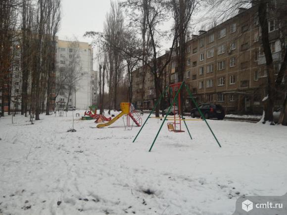 Двухкомнатная рядом со школой, парком.. Фото 1.