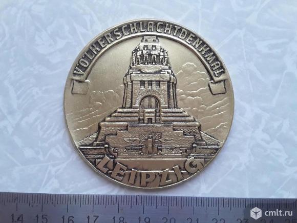 Большая медаль памятник битве народов Лейпциг. ГДР. Фото 1.